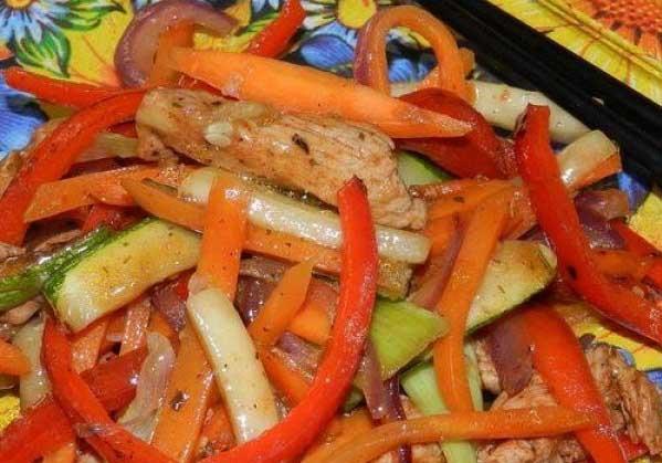 Острая курица с овощами и сыром фета