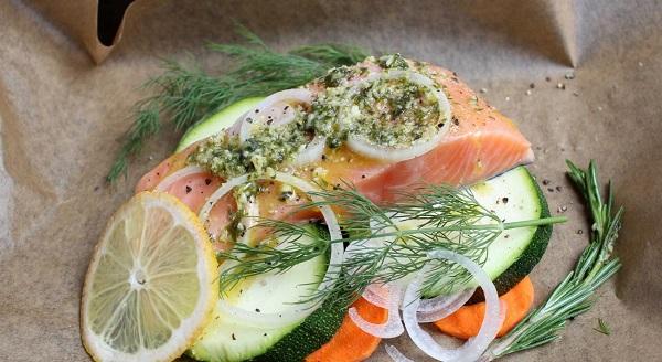 Филе лосося с зелеными овощами