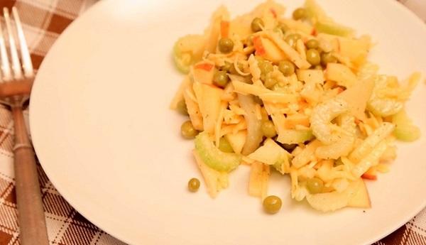 Салат из яблок с сельдереем и сыром с плесенью