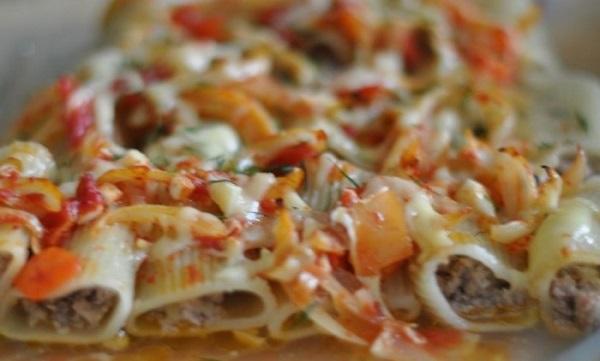 Фаршированные макароны фаршем, с помидорами под сыром