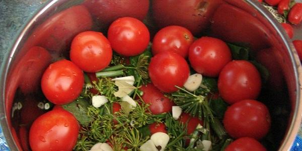 Рецепт малосольных помидор в кастрюле «по-быстрому»