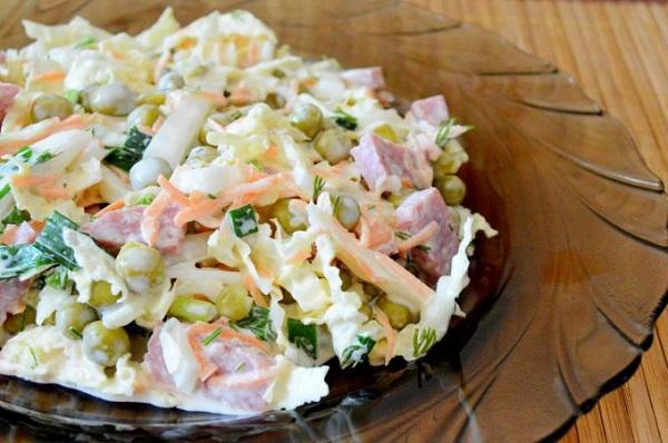Салат с пекинской капустой и охотничьими колбасками