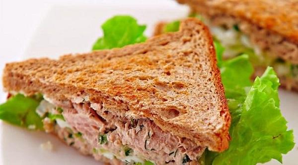 Бутерброд с тунцом и салатом