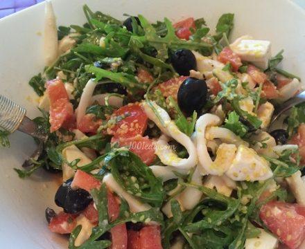 Салат с кальмарами и сыром Фета